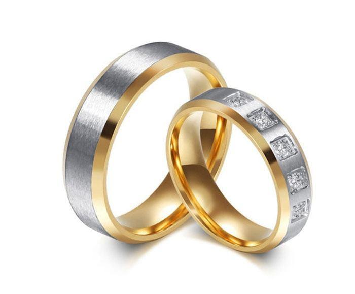 Aliança de aço banhada a ouro mista 5 pedras