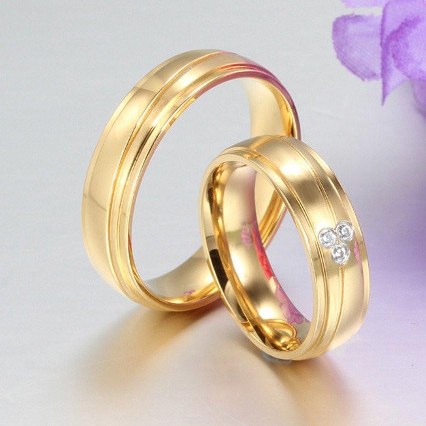 Aliança de aço banhada a ouro 3 pedras 6mm