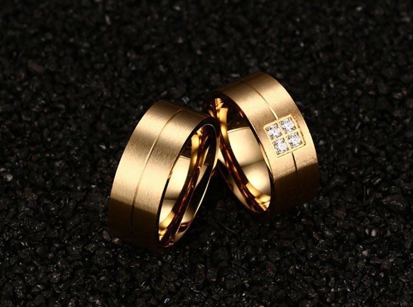 Aliança de aço banhada a ouro 4 pedras