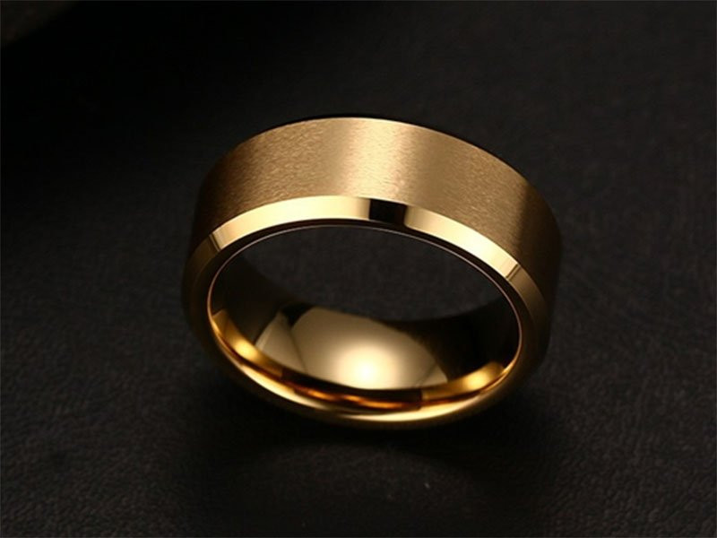Aliança tungstenio banhada a ouro chanfrada 8mm